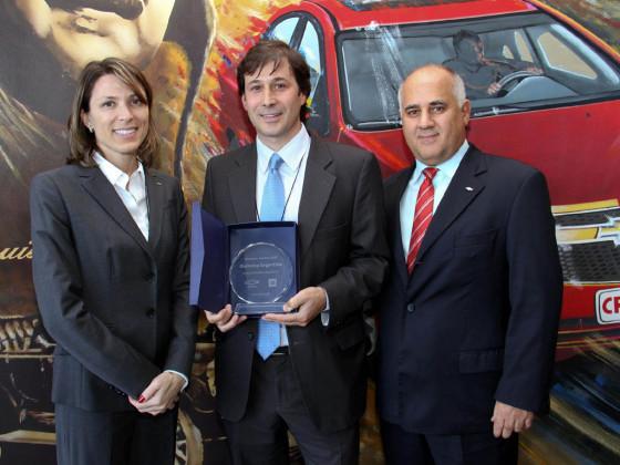 sela Costantini junto a José Cammilleri, Director de Global Purchasing y Supply Chain de GM Argentina hicieron entrega de los reconocimientos.