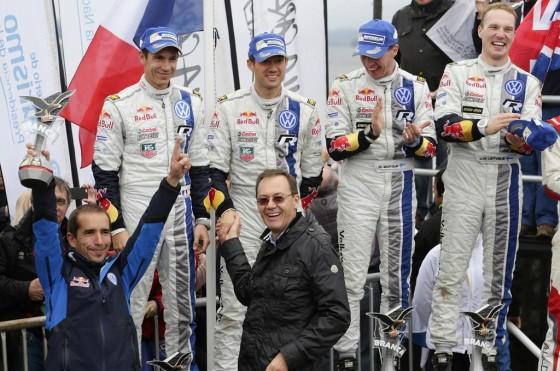 Josef-Fidelis Senn felicita a los ganadora de VW Motorsport en el podio.