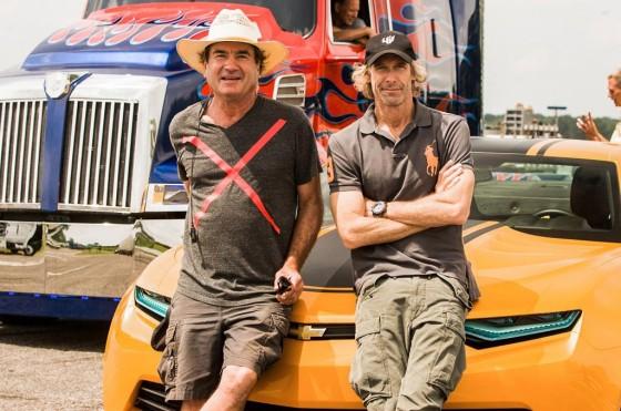 Michael Bay junto a un asistete de efectos especiales en un alto de la filmación