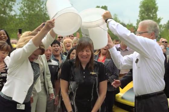 Mary Barra en el Ice Bucket Challenge
