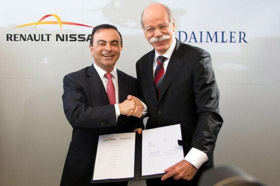 Carlos Ghosn junto a Dieter Zetsche al momento de firmar el acuerdo.