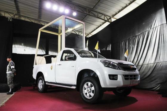 Papamóvil Ecuador 1: una Chevrolet D-Max