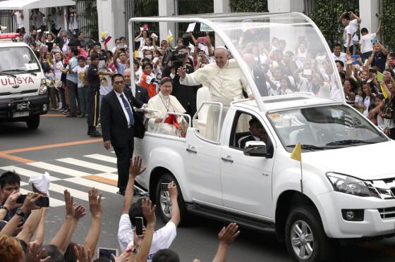 Francisco abordo del papamóvil en Filipinas