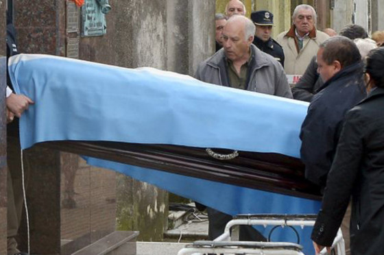 Momento en el que los restos de Fangio fueron exhumados ante la presencia de Vázquez.