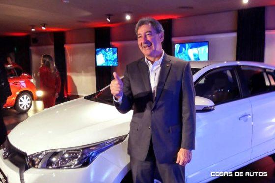 Daniel Herrero junto al Toyota Yaris