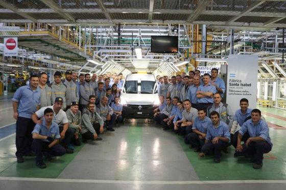 Foto de rigor de los empleados junto a la vieja Kangoo. En pocos días más la foto será con la Nueva Kangoo.