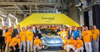 Empleados de Puebla posan junto al último The Beetle