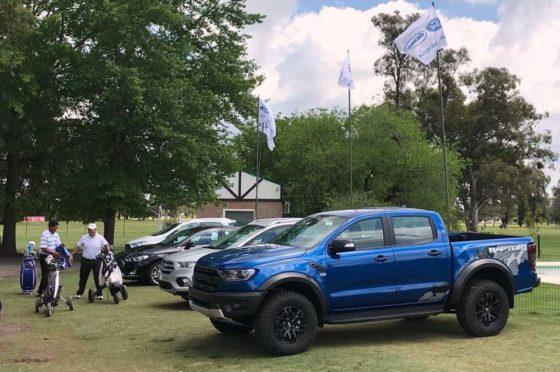 Ford Ranger Raptor junto al golf