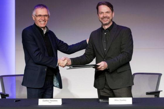 Carlos Tavares, presidente del Consejo de Administración de PSA y Mike Manley, CEO de FCA, sellaron el acuerdo de fusión.