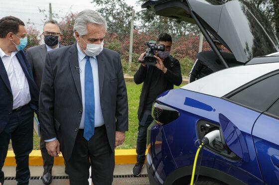 """Alberto Fernández recorrió una muestra de autos """"verdes"""" en el playón de la planta de Toyota."""